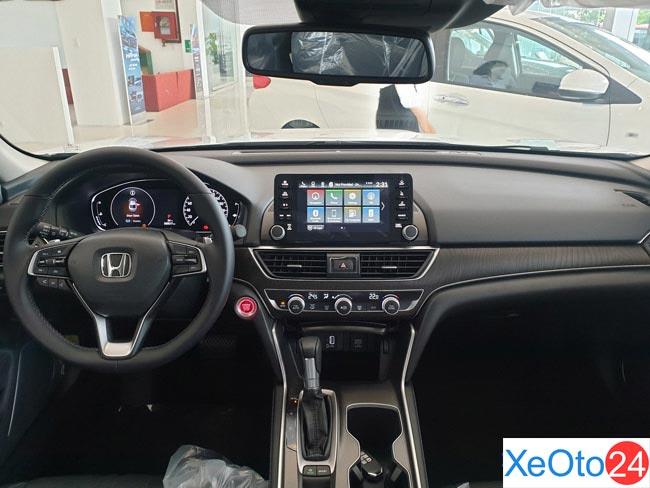 Khoang lái trang bị nhiều công nghệ hiện đại