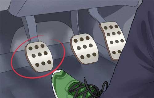 Sau khi khởi động xe, có thể bỏ chân khỏi bàn đạp ly hợp