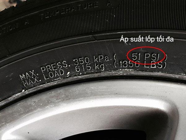Xem áp suất được ghi trên thành lốp xe