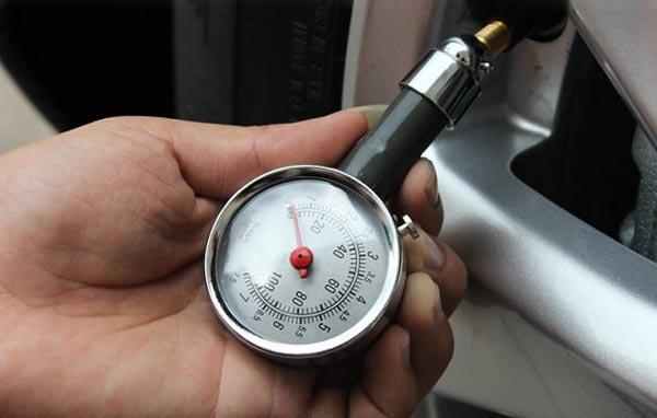 Sử dụng đồng hồ đo áp suất lốp xe kiểm tra thường xuyên
