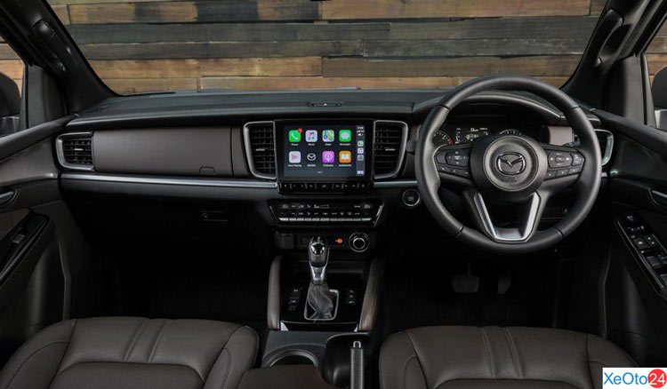 Khoang lái xe Mazda BT-50 2021