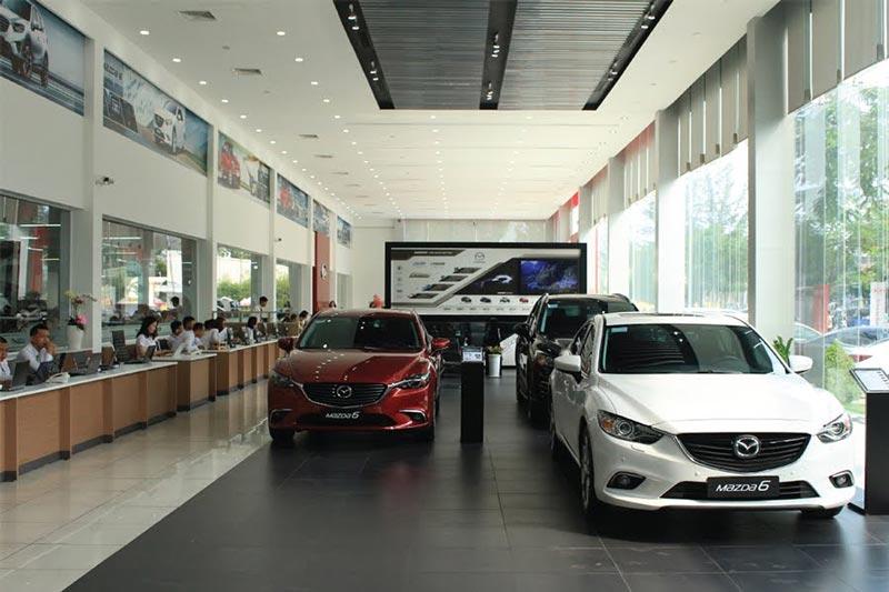 Phòng dịch vụ và một góc khu trưng bày xe ô tô tại Mazda Buôn Ma Thuột
